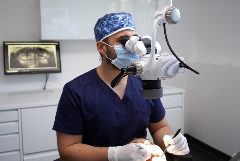 Dr. Christoph Eichinger bei der Zahn- und Wurzelbehandlung