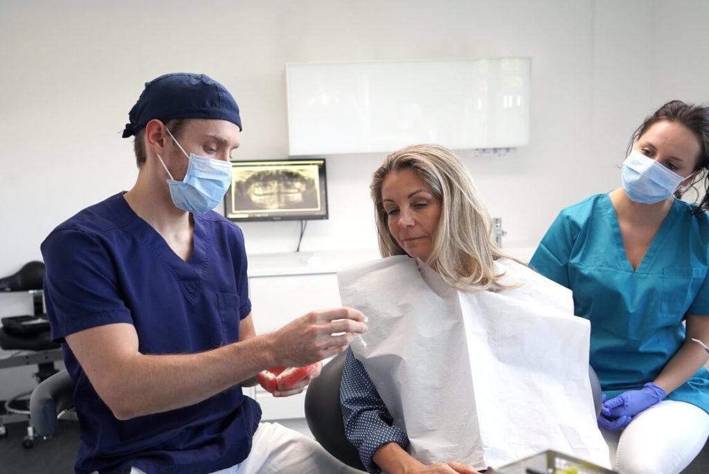 Dr. Elias Salzmann bei der Beratung zu Prothetik und Zahnersatz
